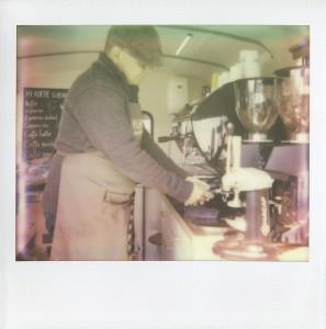 HY schenkt koffie klein